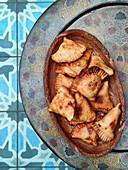 Frittierte Pakoras in Holzschale