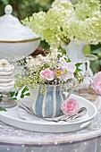Pastelliger Strauß mit Rose, Herbstanemone und Schleierkraut in Sahnekännchen