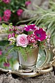 Kleiner Strauß aus Rosenblüte, Petunie, Nelke, Schafgarbe und Spierstrauch