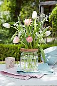 Osterstrauß aus Tulpen und Schleierkraut