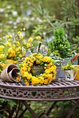 Frühlingsdekoration mit Blütenkranz aus gefüllter Kerrie