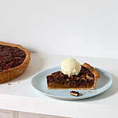 Pecanpie with vanilla ice cream (USA)