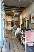 Rustikaler Wohnraum im verfallenen Haus mit nostalgischer Deko