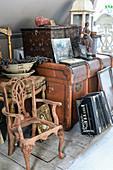 Trödel und Antiquitäten unter der Dachschräge