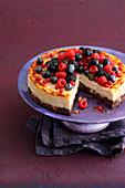 Beeren-Cheesecake mit Brownie-Boden