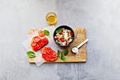 Tomatenbrot und Paprikaquark mit Hanfnüssen
