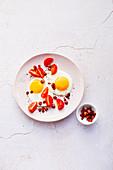 Spiegeleier mit Speckwürfeln und Tomaten