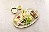 Bunter Salat mit Radieschen und Nüssen