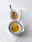 Nasensalbe aus Honig, Olivenöl und Bienenwachs