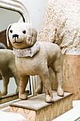 Alter Spielzeughund als nostalgische Deko