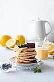Pancakes mit Lemon Curd und Blaubeeren
