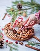 Zuckerstangen und Nüsse im Weihnachtskranz