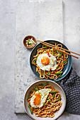 Kimchi-Nudeln mit Sesam-Spiegeleiern