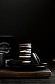 Oreo-Kekse gestapelt auf schwarzem Teller vor schwarzem Hintergrund