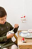 Kleines Mädchen isst Milchreis