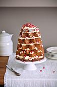 Pandoro-Kuchen mit Cremefüllung und Granatapfelkernen