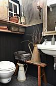 Kleines Bad mit Wandverkleidung und Vintage-Deko