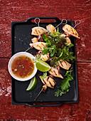 Calamaretti-Spieße mit Nuoc-Cham-Dip und Kräutersalat