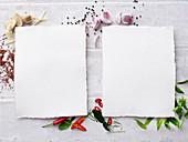 Zwei leere Blätter Papier auf Kräutern und Gewürzen