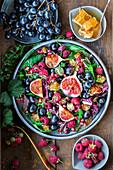 Himbeer-Feigen-Salat mit Trauben und Honigwaben