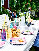 Gedeckter Tisch zum Gartenfest 'Midsommar'