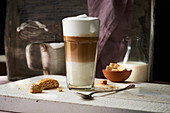 Latte macchiato, cantuccini and sugar cubes