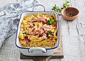 Gratinated pasta with vegetables and ham