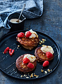 Glutenfreie Buchweizen-Pancakes mit Nüssen und Himbeeren