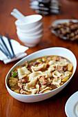 Nudeleintopf mit Hähnchen, Chilischoten, Kartoffeln und Sichuanpfeffer
