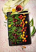 Süß-saurer Erbsensalat mit Süßkirschen und karamellisierten Tomaten