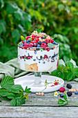 Sommerliche Beerentrifle mit Joghurt