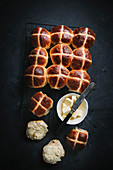 Hot Cross Buns mit Butter