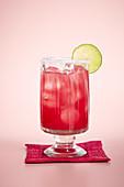 Beeren-Margarita vor rosa Hintergrund
