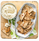 Artischocken-Butterbohnen-Dip mit Kräuter-Pita-Chips