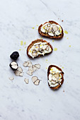 Toasted bread with mozzarella and truffle