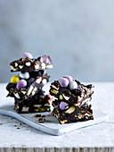 Rocky Road Cake (Schokoladen-Marshmallow-Kuchen, USA) mit Zuckereiern