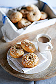 Griechische Bagels zur Tasse Kaffee