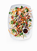 Asiatischer Hähnchensalat mit Gemüse, Erdnüssen und Koriander