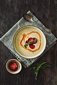 Cremige Kartoffelsuppe mit Thymian und pikanter Salsiccia