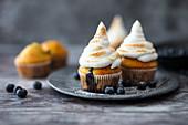 Blaubeer-Muffins mit geflammtem Baiser