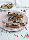 Schokoladenkuchen in Streifen mit Kokosnuss und Rum