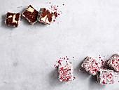Vanille-Schokoladen-Lamingtons mit getrockneten Himbeeren und Kokosraspeln