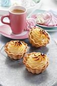 Sweet mini tartlets wih cheese cream