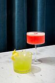 Martini-Cocktail und Limoncello-Cocktail