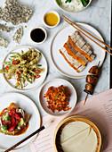 Chinesisches Menü mit Schweinebauch, Pekingente, Lotusblüten und Tempura
