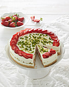 Non-baked strawberry and pistachio cake