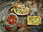 Asiatisches pochiertes Huhn, Zucchinitarte mit Feta und Oliven, Tomatensalat