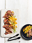 Steak mit eingelegten Karotten