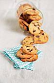 Umgekipptes Glas mit Schokoladen-Cookies