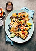 Pfannkuchen mit Sommerbeeren und Bananen